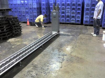 Erodirani i klizavi pod koji dovodi do sigurnosnog rizika