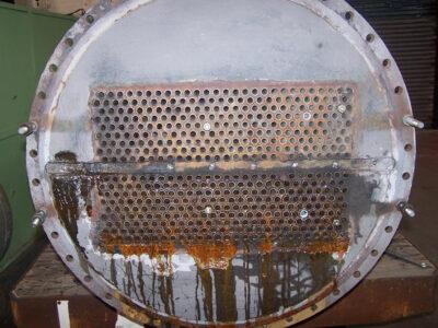 Zagađenje izmenjivača toplote jasno je vidljivo nakon peskarenja
